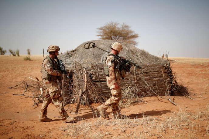 Des soldats français du 13erégiment du génie inspectent le périmètre autour d'une maison touareg près de Tin Hama, Mali, 20octobre2017.