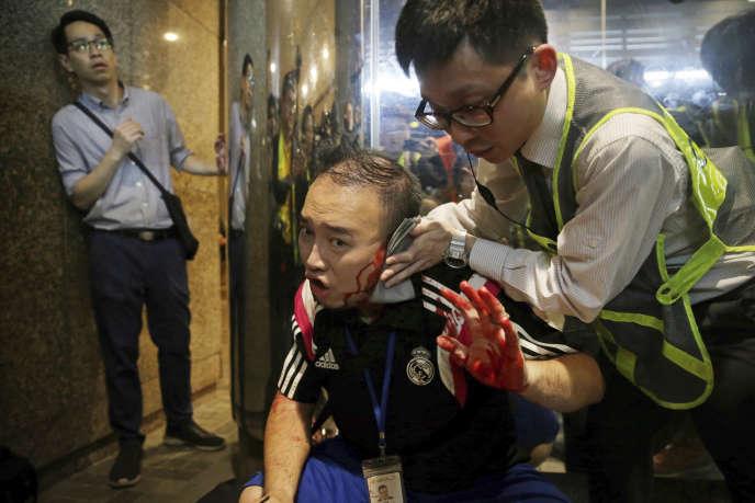 L'élu local et militant prodémoratieAndrew Chiu recoit des soins d'urgence après qu'un homme a partiellement sectionné son oreille, lors d'une échauffourée avec un couteau, dimanche 3 novembre à Hongkong.