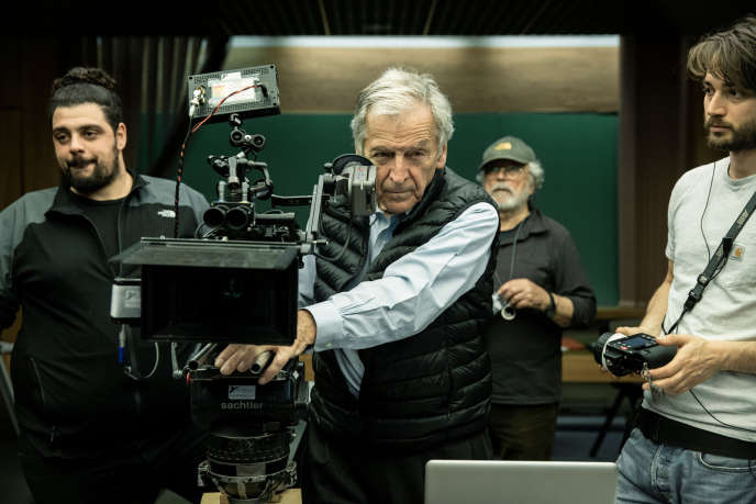 Costa-Gavras sur le tournage d'« Adults in the Room ».