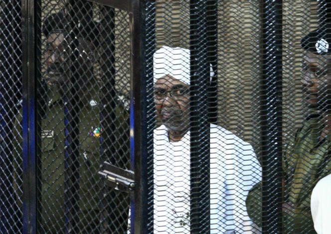 L'ancien chef de l'Etat soudanais Omar Al-Bachir devant le tribunal de Khartoum, le 31 août 2019, pour faire face à des accusations d'acquisition et d'utilisation illégales de fonds étrangers.