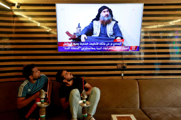 A Najaf, en Irak, deux jeunes Irakiens apprennent aux informations la nouvelle de la mort du chef de l'EI, le 27 octobre.