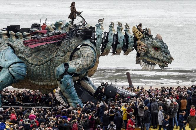 Le dragon conçu par La Machine dans une rue de Calais, le 1er novembre.