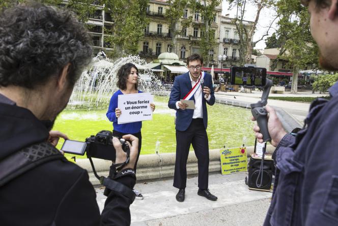 Les militants du collectif «Nous sommes», ici déguisés,ont coloré en vert les fontaines pour protester contre le « greenwashing» du maire.
