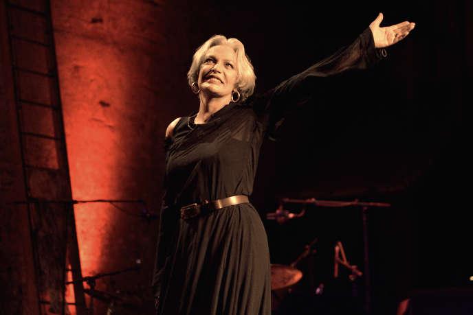 L'actrice et chanteuseMarie Laforêt salue le public après un spectacle au Théâtre des Bouffes Parisiens, le 12 septembre 2005.