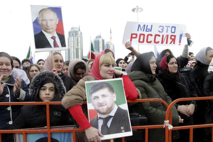 Des habitants de Grozny brandissent des portraits du dirigeant tchétchène Ramzan Kadyrov et du président russe Vladimir Poutine lors d'un rassemblement marquant la Journée de l'unité nationale, le 4 novembre.