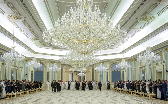 Communiquée par le palais royal saoudien à l'Agence France-Presse, cette photomontre les dirigeants de l'Arabie saoudite, des Emirats arabes unis et du Yémen lors de la signature de l'accord de paix, le 5 novembre.