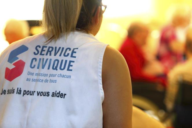 Créé en 2010, le service civique s'adresse en théorie à n'importe quel jeune qui a le désir de s'engager (ici, une volontaire dans une maison de retraite).
