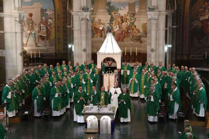 Các giám mục đã tập trung tại Đức Mẹ của Thánh đường, Lộ Đức (Hautes-Pyrénées), ngày 5 tháng 11.