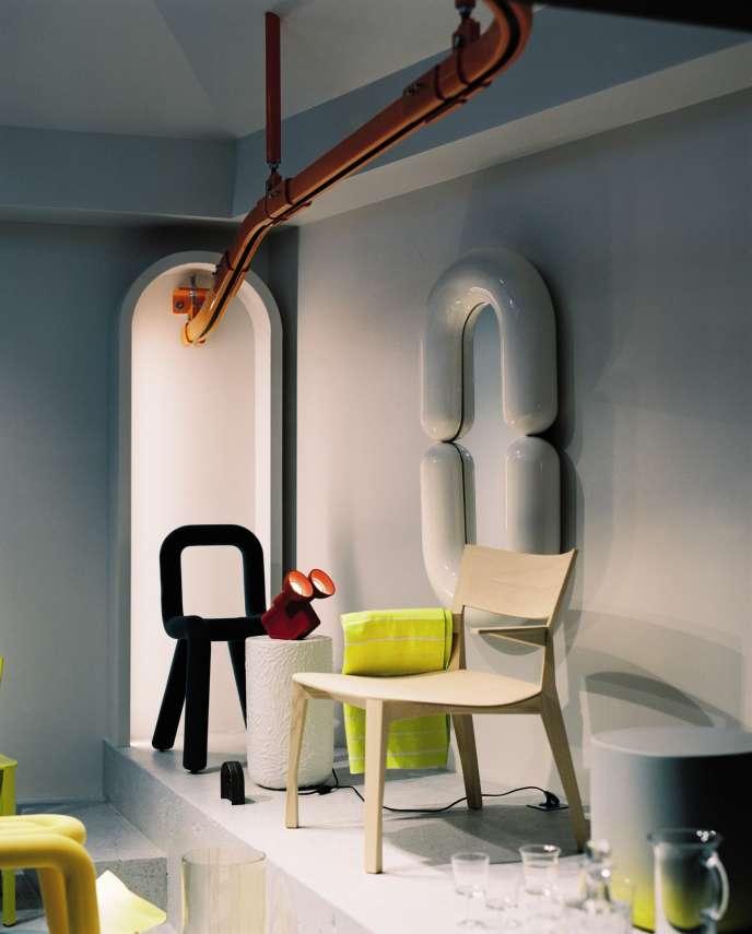 Trên nền tảng: Ghế táo bạo Big-Game; đèn Olo và gương Zodiac của Jean-Baptiste Fastrez; chiếc ghế bành Gavotte François Azambourg. Trên trần nhà, đường sắt màu cam trong Bande có tổ chức.