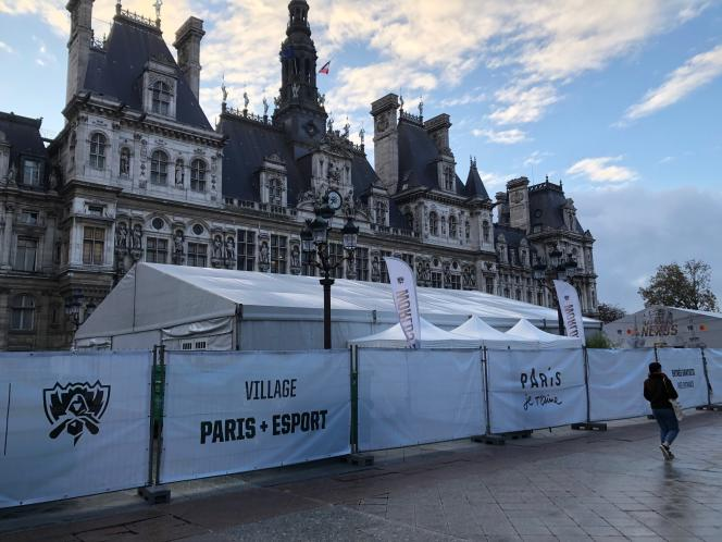 La fan-zone du parvis de l'Hôtel de Ville, mercredi 6 novembre au lever du jour, prête à accueillir ses premiers visiteurs.