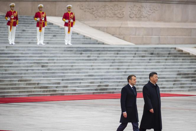 Emmanuel Macron et Xi Jinping, président chinois, au Grand Palais du peuple à Pékin, le 6 novembre.