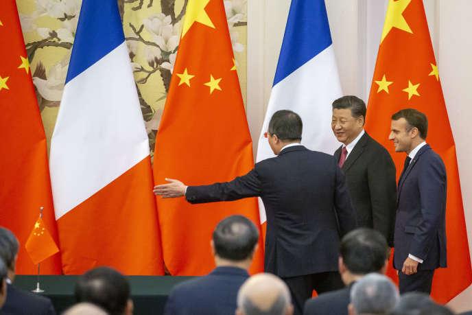 Le président français Emmanuel Macron et son homologue chinois Xi Jinping, lors d'une cérémonie organisée pour la signature de contrats économiques au Palais du peuple à Pékin, le 6 novembre 2019.
