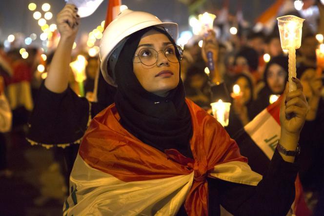 Une architecte irakienne rendhommage aux victimes des manifestations anti-gouvernementales dans la ville de Bassora (Irak), le 1er novembre.
