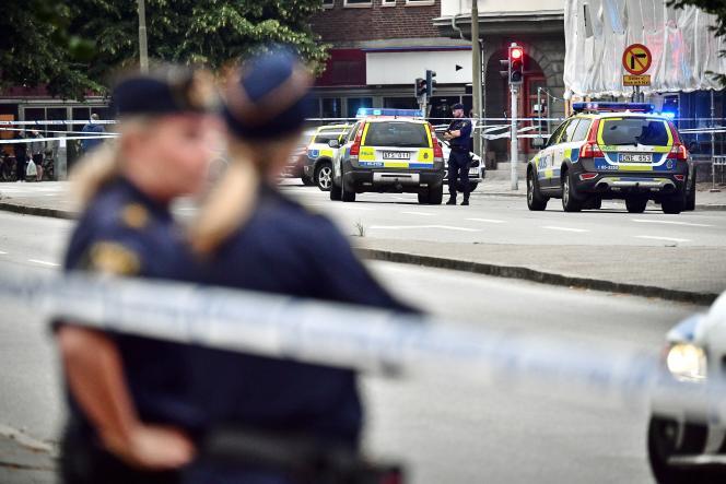 Des policiers sécurisent une scène de crime après une fusillade dans une rue de Malmö, le 18 juin 2018.