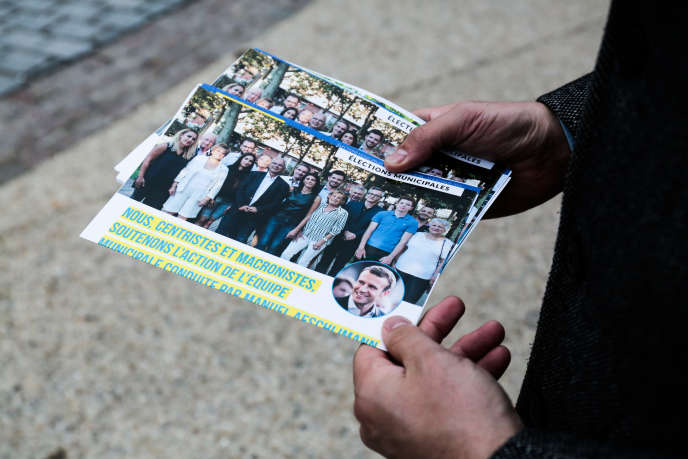 Tracts dissidents du pôle« centriste et macroniste» de Manuel Aeschlimann, à Asnières-sur-Seine (Hauts-de-Seine), le 2 novembre.
