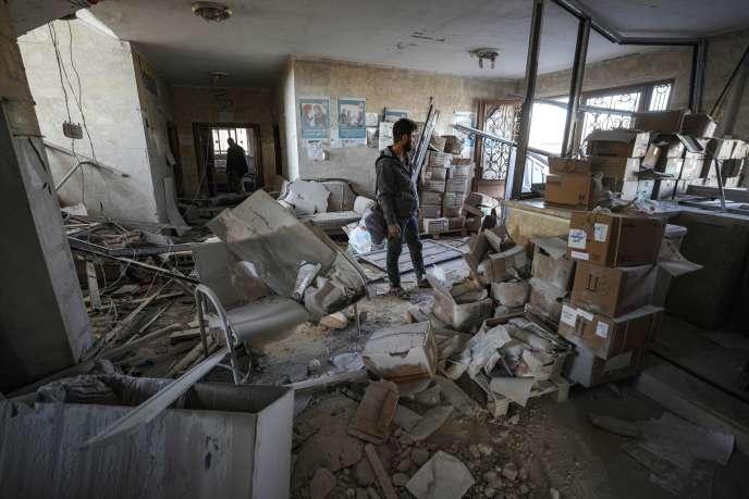Dans les restes d'un hôpital bombardé dans le village de Shinan, à 30kilomètres d'Idlib, le 6novembre.