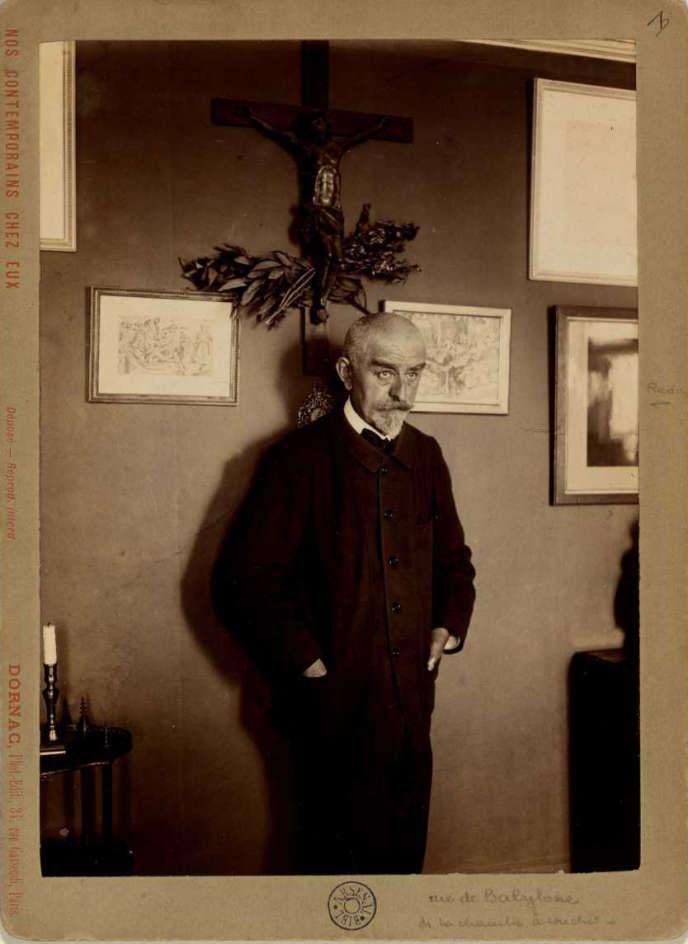 Joris-Karl Huysmans (1848-1907), rue de Babylone, à Paris, où il vécut à la fin du XIXesiècle.