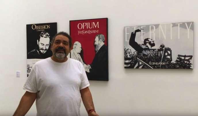 Ảnh chụp màn hình của một video nơi Jose Toirac trình bày các tác phẩm của mình được trưng bày tại Paris.