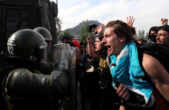 Lors d'une manifestation contre l'augmentation du prix du ticket de métro. Santiago, Chili, 19 octobre.