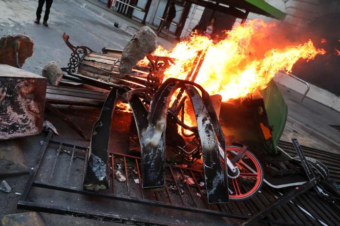 Après une manifestation contre l'augmentation du prix du ticket de métro,à Santiago (Chili), le 19 octobre.