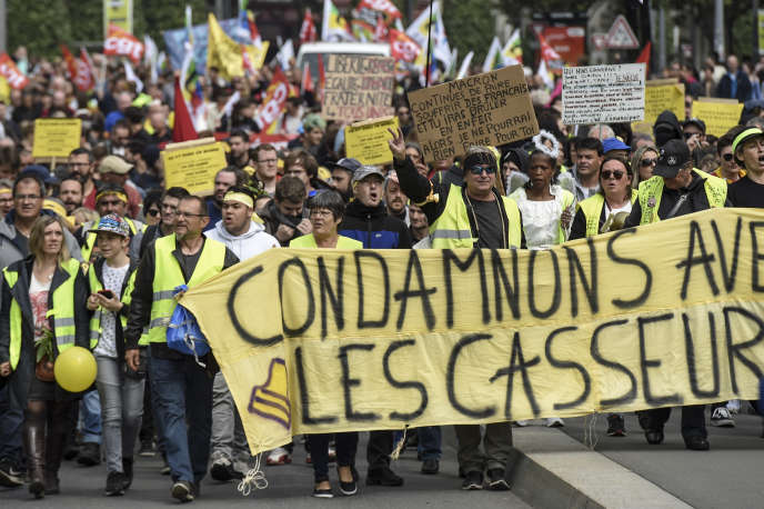 Des « gilets jaunes» lors d'une manifestation à Nantes, le 1er mai.