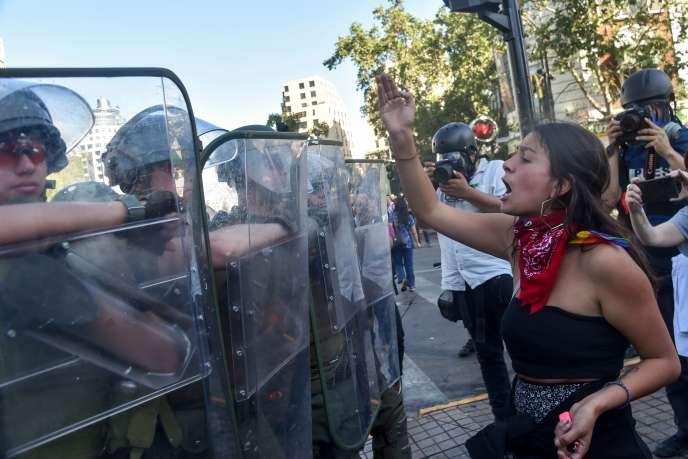 """""""Như thể việc tái xuất hiện ngữ pháp của các quyền là điều kiện tiên quyết để tái lập không gian tự do và bình đẳng cho công dân"""" (Ảnh: 7 tháng 11 tại Santiogo của Chile)."""