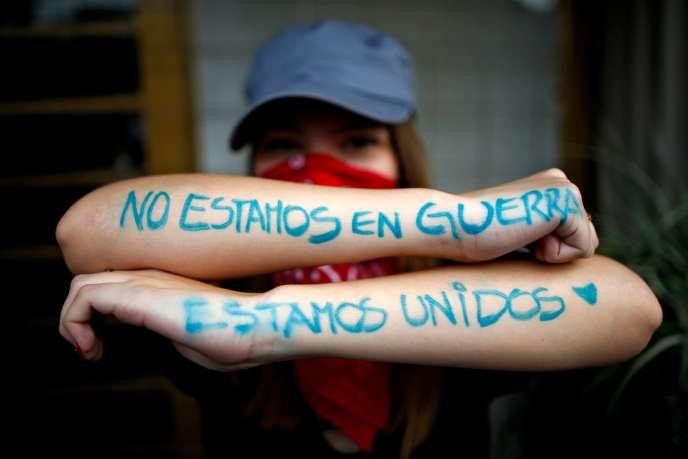 « Nous ne sommes pas en guerre, nous sommes unis» a inscrit sur ses bras une manifestante à Santiago, au Chili, le 25 octobre.