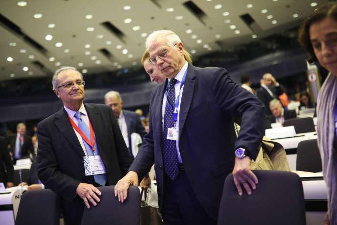 Josep Borrel (au centre), futur haut représentant de l'Union européenne pour les affaires extérieures, lors d'une réunionà Bruxelles, le 28 octobre.