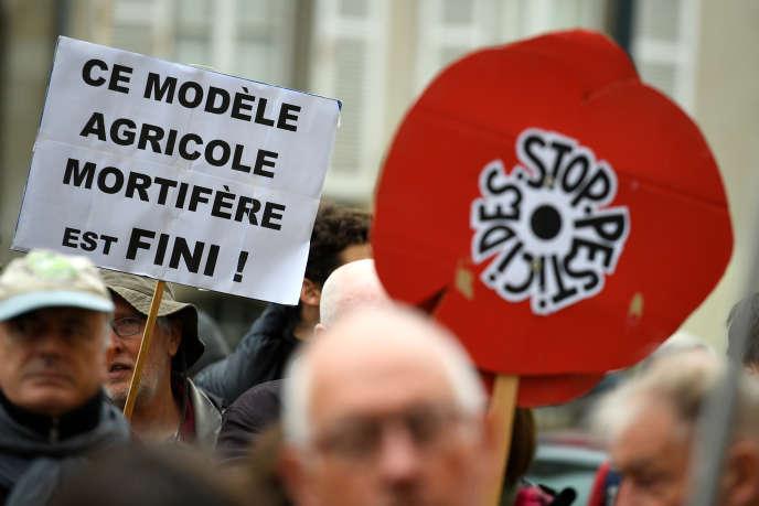 Manifestation de soutien au maire de Langouët (Ille-et-Vilaine), Daniel Cueff, qui a pris un arrêté municipal interdisant les pesticides à moins de 150 mètres des habitations, devant le tribunal administratif de Rennes, le 14 ocotbre 2019.