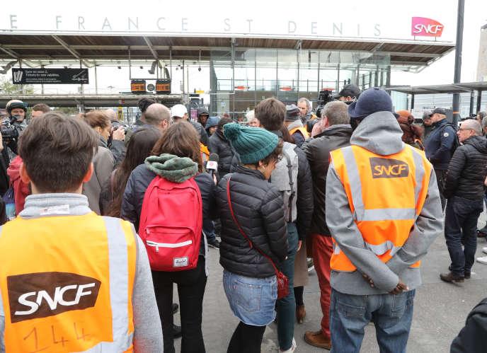 Des cheminots manifestent devant le siège de la SNCF, à Saint-Denis, le 29 octobre.