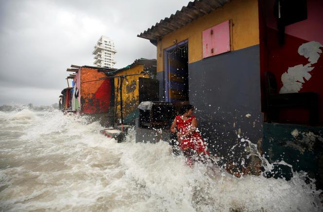 A Bombay, en juillet 2019, les vagues atteignent les maisons bâties sur un front de mer.