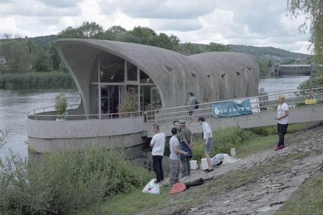 Des touristes pêchent près du Centre européenà Schengen, Luxembourg, en juillet.