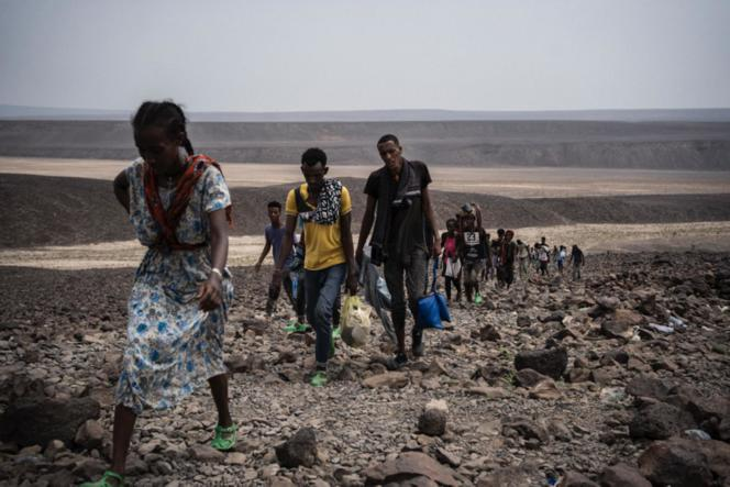 De jeunes Ethiopiens Oromo marchent dans le désert de Djibouti en direction la mer Rouge.