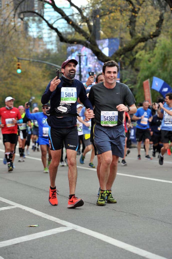 Fred Burguière cùng với Tiến sĩ Matthieu Đi đến đích của cuộc đua New York Marathon vào ngày 3 tháng 11.