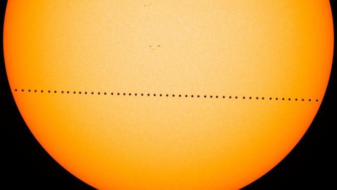 Image composite du passage de Mercure devant le Soleil, le 9 mai2016.