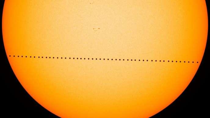 Hình ảnh tổng hợp về đoạn đi qua của Sao Thủy trước Mặt trời, ngày 9 tháng 5 năm 2016.