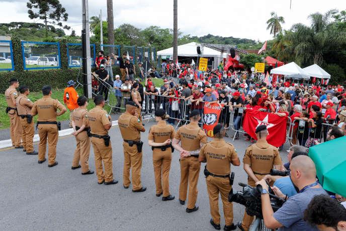 Une manifestation devant les locaux de la police brésilienne dans lesquels est incarcéré l'ancien président Lula, le vendredi 8 novembre.