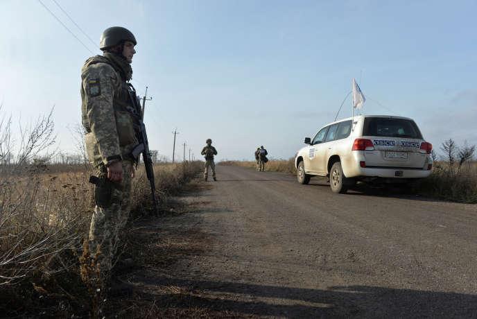 Việc rút quân từ cả hai phía đang được các nhà quan sát của OSCE theo dõi tại đây ở Bogdanivka, vùng Donetsk ngày 8/11 tại Ukraine.