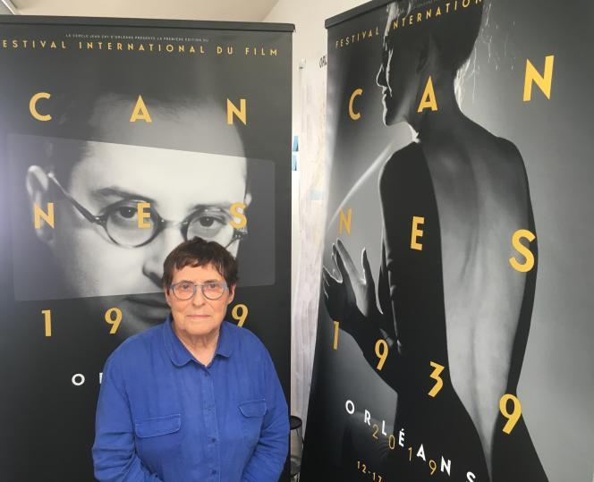 Hélène Mouchard Zay, la fille de Jean Zay, en juillet 2019, à Orléans, devant un portrait de son père, affiche de l'événement Cannes 39.