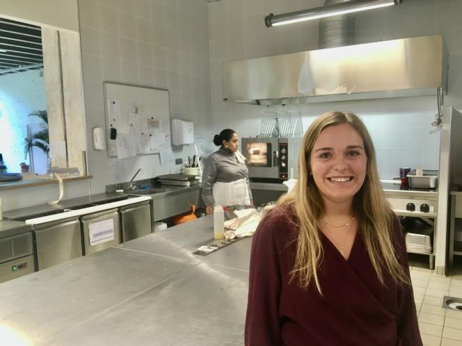Alix Truelle, étudiante à HEC et en CAP pâtisserie dans la cuisine du restaurant de l'école, Gustave.