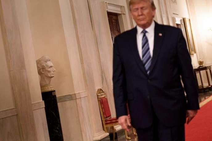 """""""Tôi không đủ điều kiện để chẩn đoán các khoa tâm thần của tổng thống,"""" tác giả """"ẩn danh"""" của cuốn sách nói. """"Tất cả những gì tôi có thể nói với bạn là những người bình thường dành thời gian với Donald Trump không thoải mái với những gì họ thấy. """""""