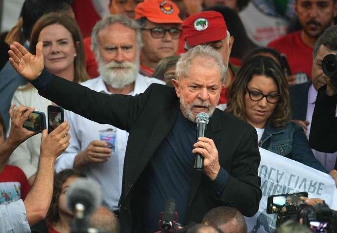 Luiz Inacio Lula da Silva tient un discours à sa sortie de prison, dans la ville de Curitiba, dans le sud du Brésil, le 8 novembre 2019.