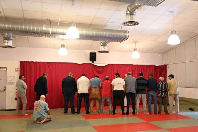 Prière dans une salle de la ville de Bayonne, aprèsl'attaque perpétrée contre la mosquée de la ville, le 29 octobre.