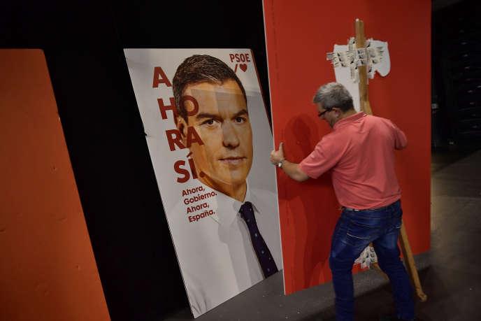 Một bức chân dung của ứng cử viên xã hội Pedro Sanchez trước một cuộc biểu tình bầu cử ở Pamplona vào ngày 1 tháng 11.