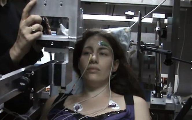 Un sujet subissant un test à l'électro-olfactogramme dans le laboratoire du professeur Noam Sobel de l'Institut Weizmann des sciences de Rehovot.