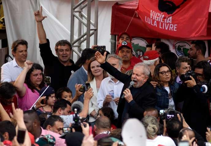 Cựu Tổng thống Lula giải quyết đám đông trước trụ sở cảnh sát liên bang ở thành phố Curitiba, bang Parana, vào ngày 8/11.