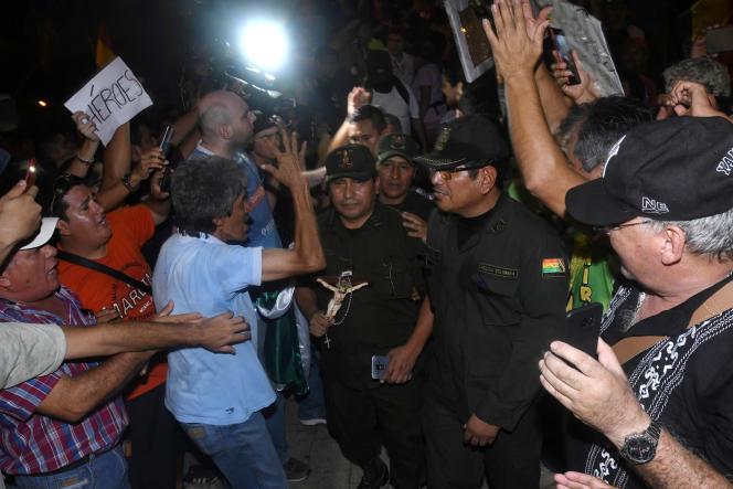 A La Cruz de la Sierra, le 8 novembre.Des scènes de fraternisation entre policiers et manifestants de l'opposition ont été observées dans la capitale.