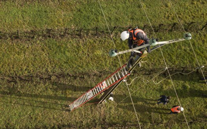 Des techniciens s'affairent pour réparer des lignes à haute tension àLugon-et-l'Ile-du-Carnay (Gironde), en janvier, après le passage de la tempête Gabriel.