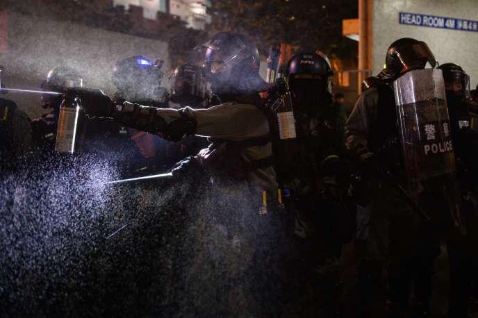 Cảnh sát đang cố gắng giải tán những người biểu tình ở khu phố Tseung Kwan Ho vào ngày 9 tháng 11 tại Hồng Kông.