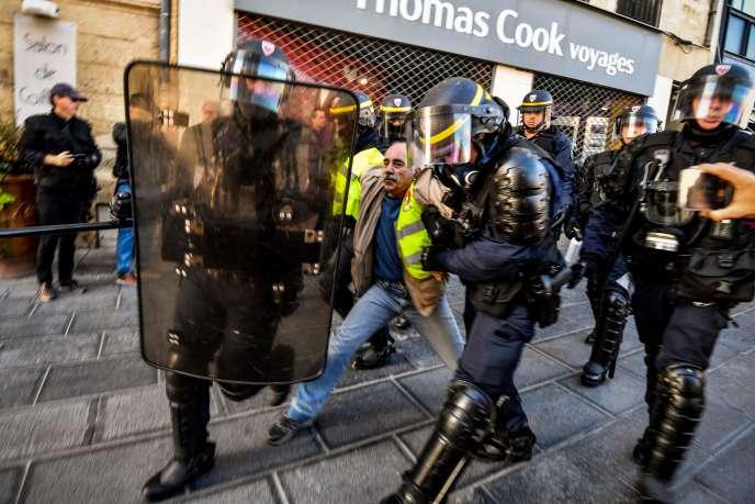 Một người đàn ông bị CRS bắt giữ ở trung tâm thành phố Montpellier, Thứ Bảy, ngày 9 tháng 11.